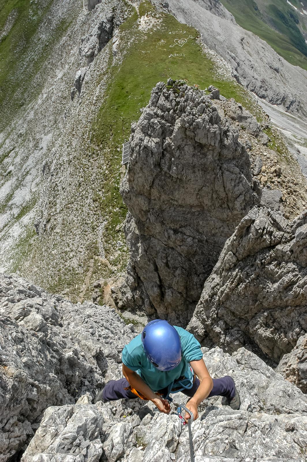 Die ersten Meter machen Spass. Griffig der Fels, die Route nutzt die Möglichkeiten perfekt und die Sicherungen sind ausgezeichnet, eben rasant an die Wände geklebt