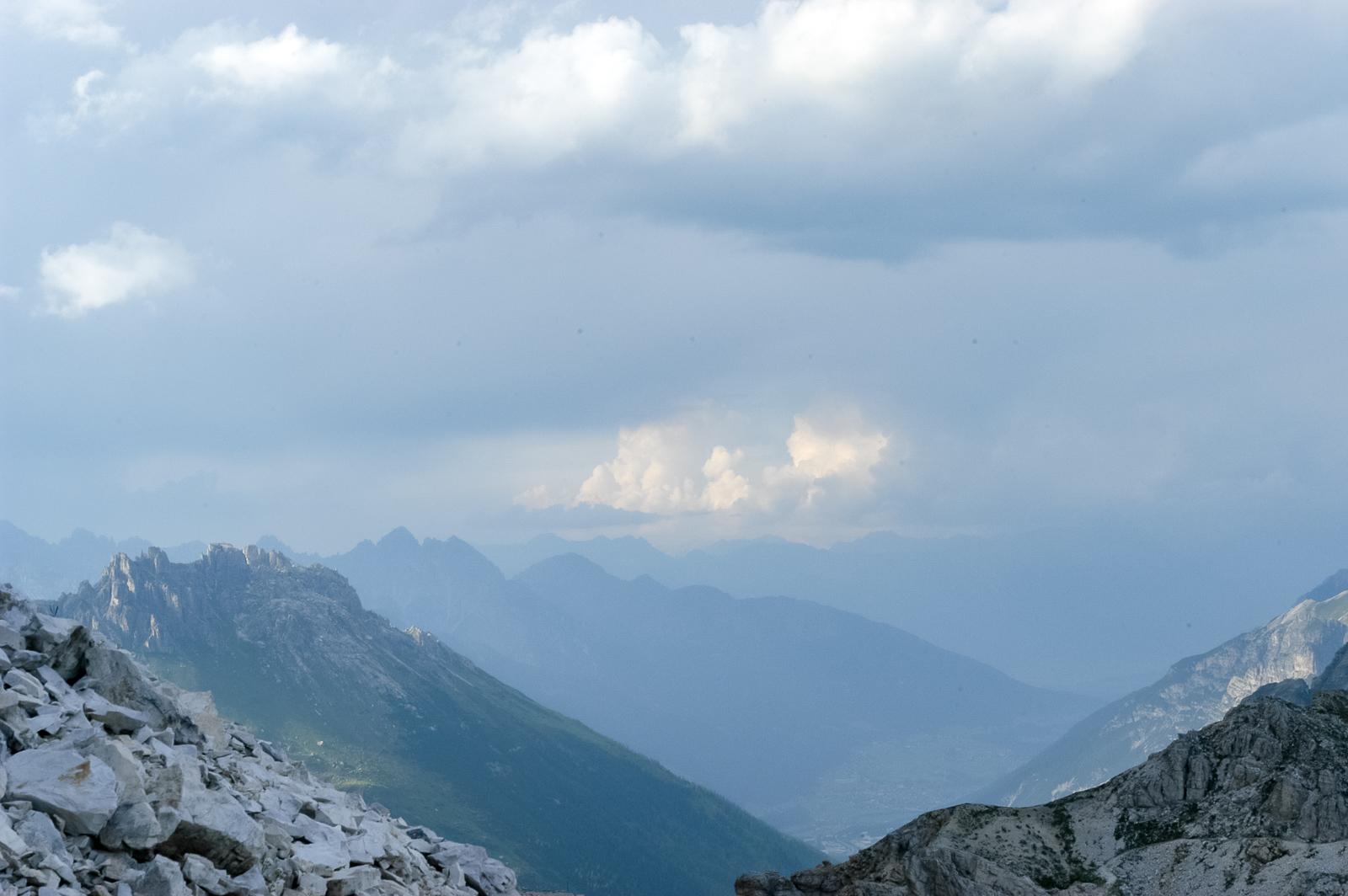 Regen braut sich zusammen. Über dem Elfer (links) und der Ochsenwand (im Mittelgrund). Ganz hinten die Nordkette bei Innsbruck.