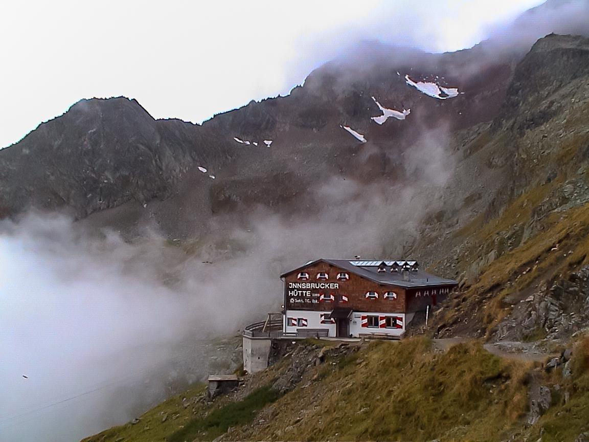 Die Innsbrucker Hütte, Ausgangspunkt... Der Hüttenwirt kennt eine Abkürzung beim Abstieg, wenn die Karalm im Pinnistal angepeilt wird. Zudem gibt's eine perfekt gestimmte Gitarre!