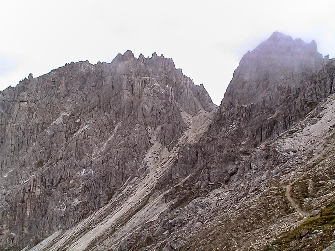 hier beginnt der reizvolle, alpine Zustieg zur Ilmspitze. Der Steig führt über die erste Scharte und am Grat entlang, einige Spitzen Gschnitztal-seitig umgehend, in einer guten Stunde zum Einstieg.